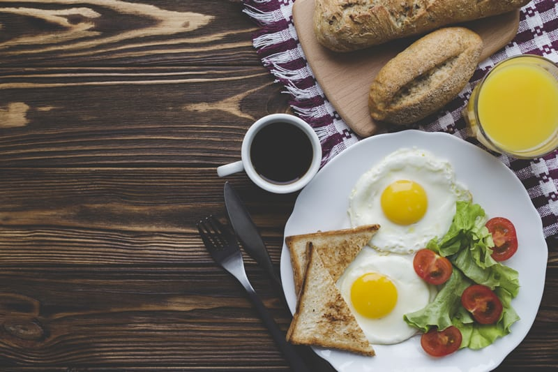 What are the benefits of eating breakfast related to weight loss?